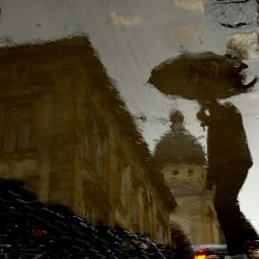 Погляд з бездонної вуличної калюжки в місто