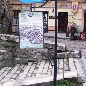 Туристичне ознакування Львова: вказівники на об'єкти туристичного інтересу.